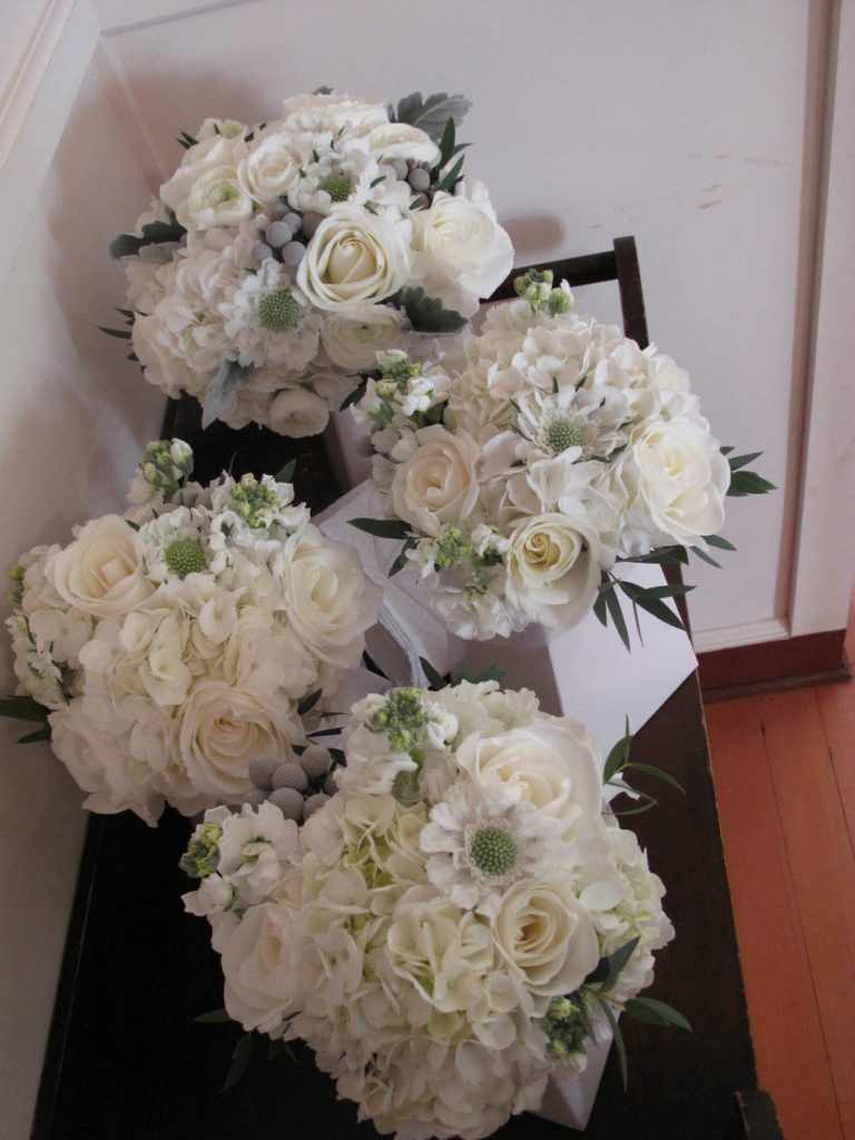 bridesmaids' bouquets for winter wedding